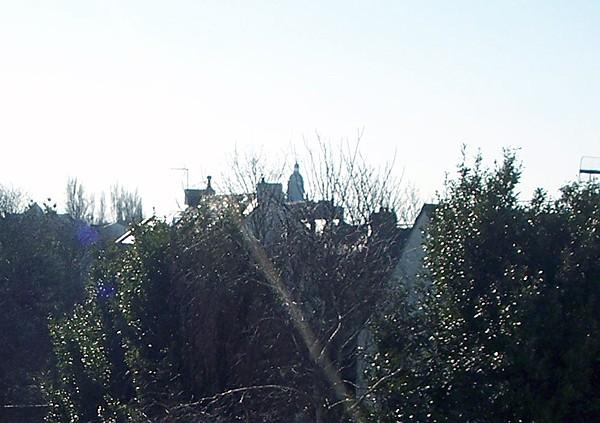 Vue de la fenêtre sur les toits et le clocher du Croisic